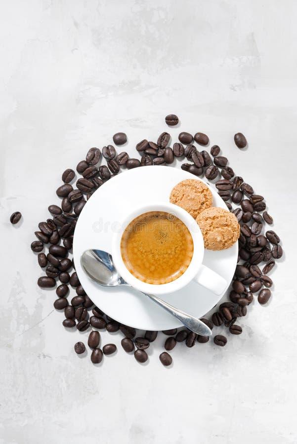 Kopp av espresso- och mandelkakor, lodlinje för bästa sikt arkivfoton