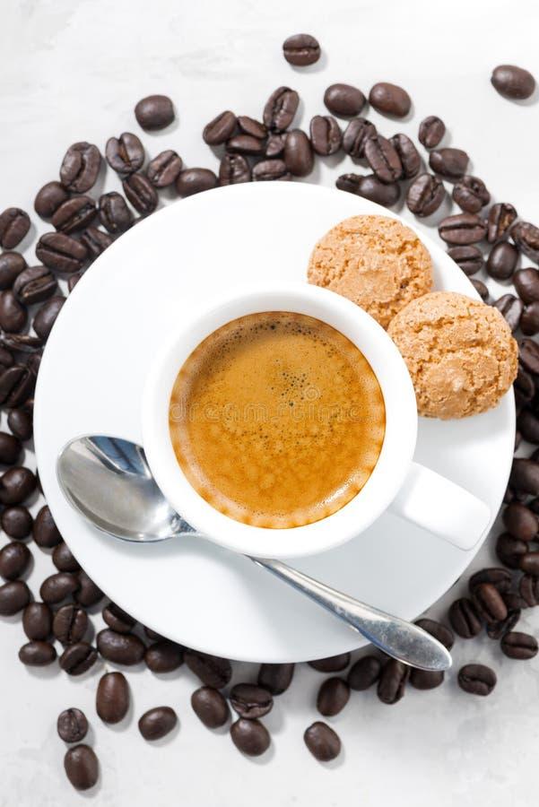 kopp av espresso- och mandelkakor, lodlinjecloseup för bästa sikt fotografering för bildbyråer