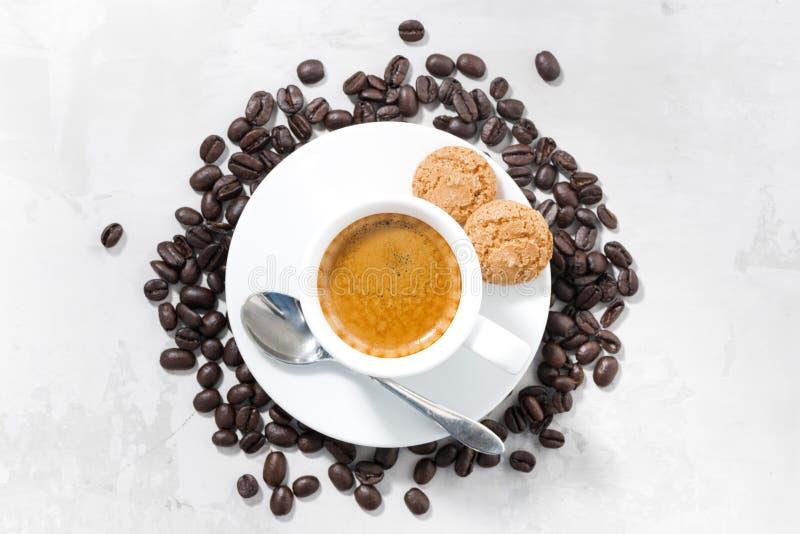 Kopp av espresso- och mandelkakor på tabellen, bästa sikt arkivfoto