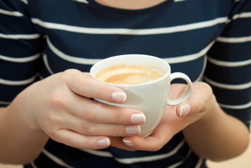 Kopp av kaffe i hand royaltyfria bilder