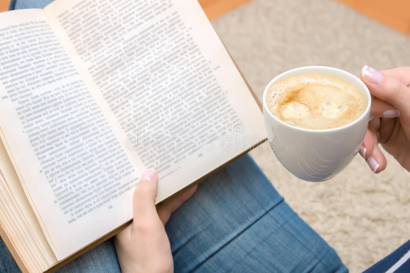 Kopp av kaffe i hand arkivbild