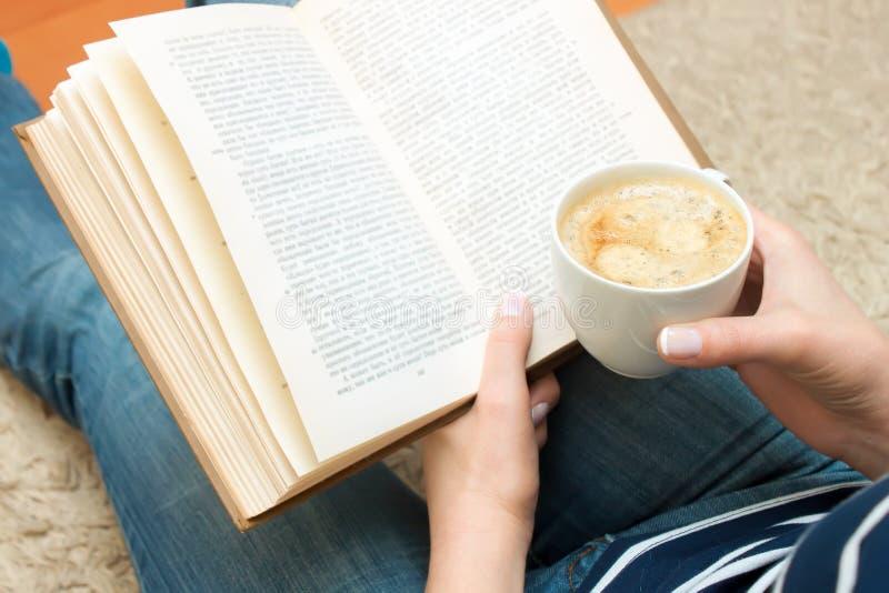 Kopp av kaffe i hand royaltyfri foto