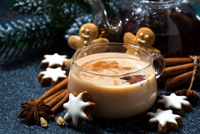 kopp av kryddigt masalate och julkakor arkivfoton