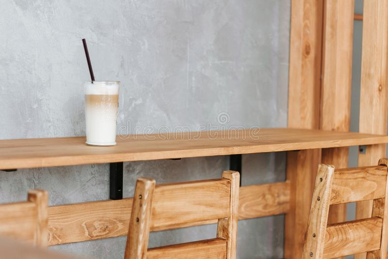 Kopp av latte på stången, kopp kaffe på trästången, Latte royaltyfria foton