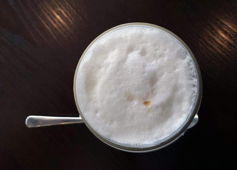 Kopp av Latte på trätabellen i en restaurang royaltyfri bild