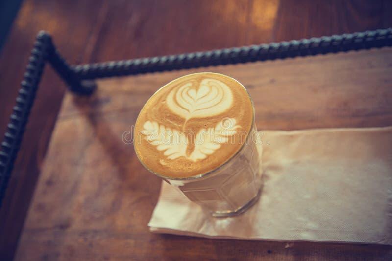 Kopp av lattekaffe - bilder för tappningeffektstil arkivfoto