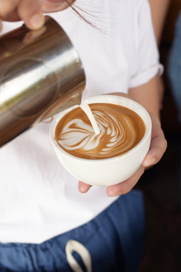 Kopp av lattekonstkaffe förestående fotografering för bildbyråer