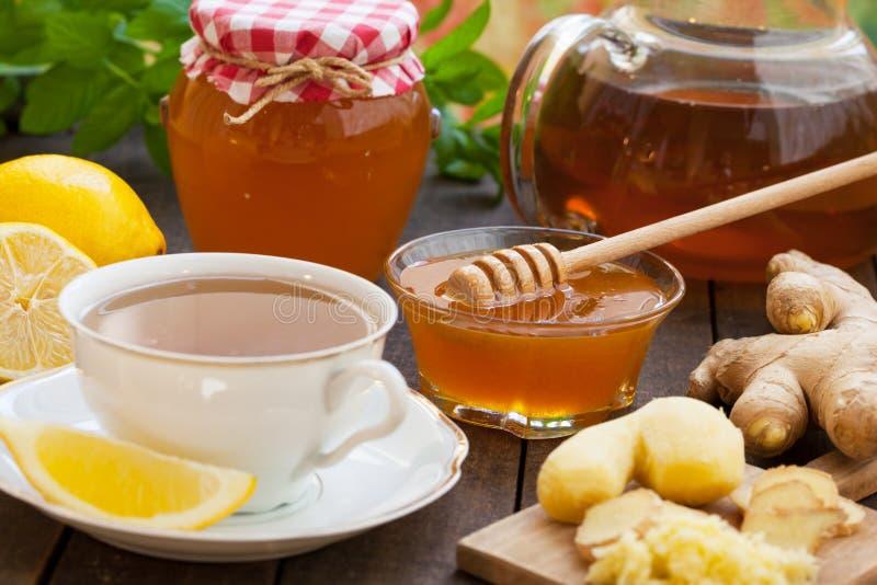 Kopp av ljust rödbrun te med honung och citronen fotografering för bildbyråer