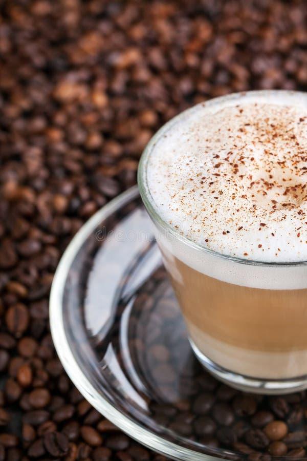 Kopp av ny varm latte arkivfoton