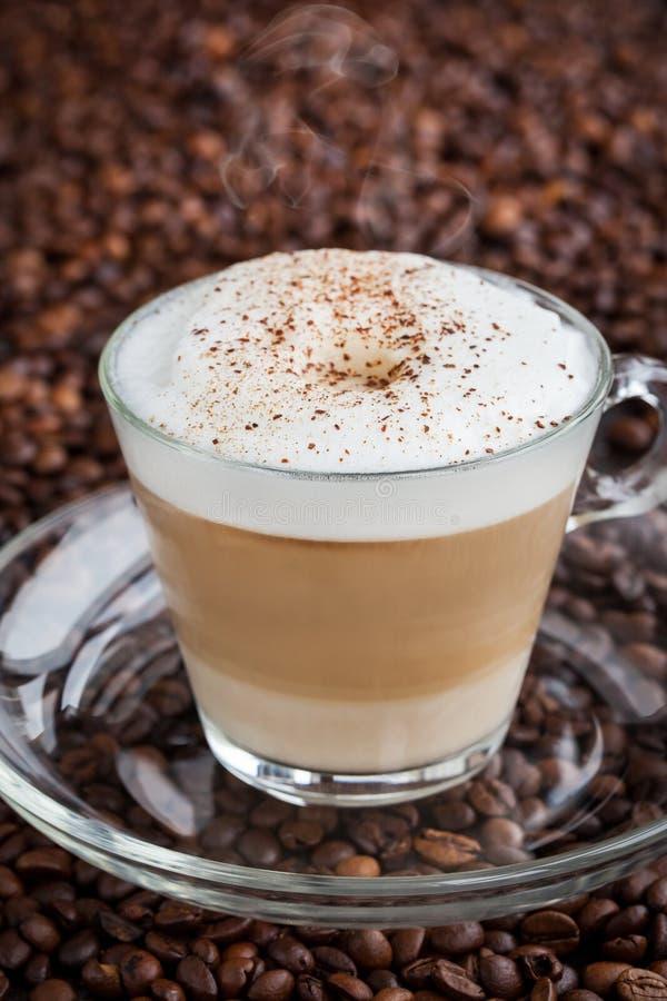 Kopp av ny varm latte arkivfoto