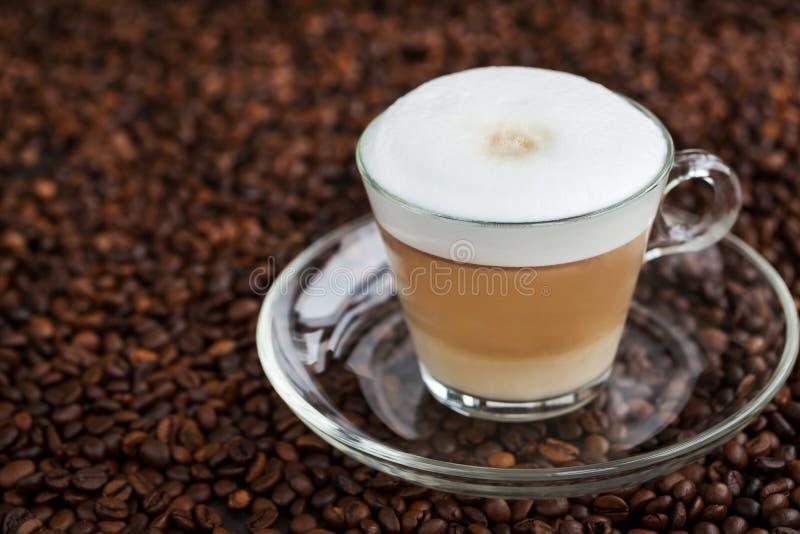 Kopp av ny varm latte royaltyfri fotografi
