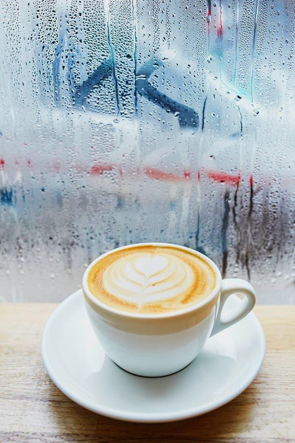 Kopp av nytt varmt cappuccino- eller lattekaffe royaltyfri foto