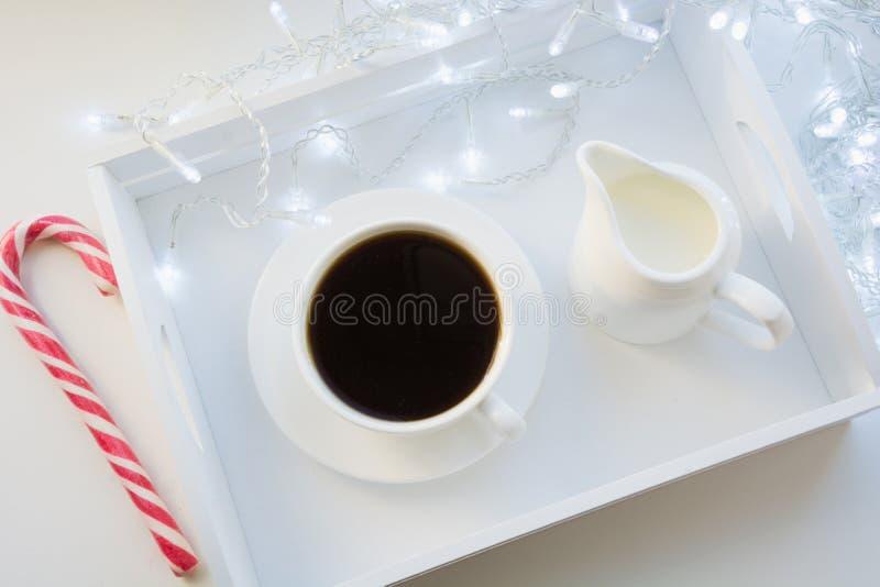 Kopp av svart kaffe och godisrottingen på vintertabellen Xmas-ferietid Top beskådar fotografering för bildbyråer