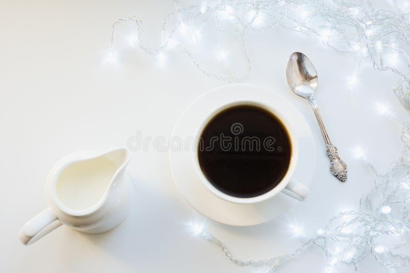 Kopp av svart kaffe på den vita tabellen för vinter Xmas-ferietid Top beskådar royaltyfri foto