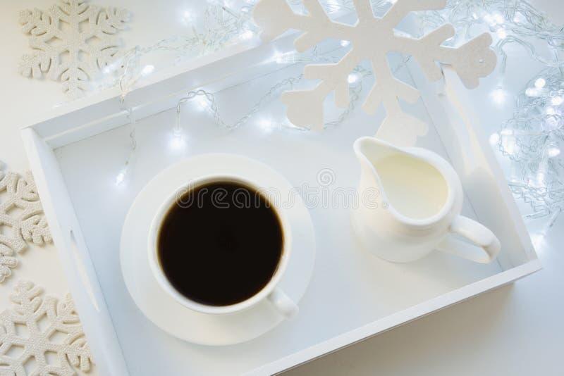 Kopp av svart kaffe på den vita tabellen för vinter Xmas-ferietid Top beskådar arkivbild