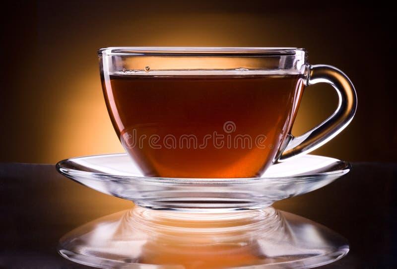 Kopp av svart te som isoleras på mörk bakgrund fotografering för bildbyråer
