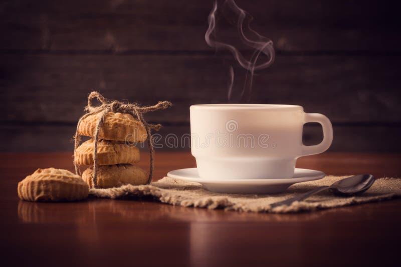 Kopp av varmt kaffe med kakor arkivfoto
