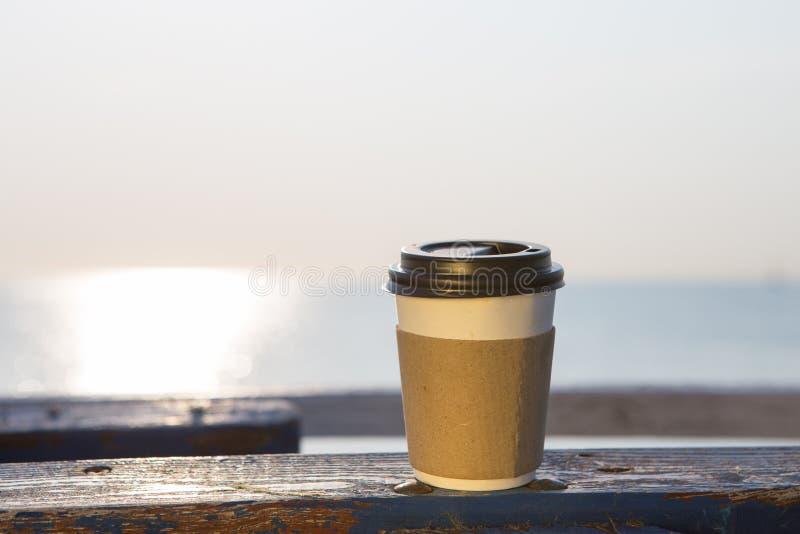 kopp av varmt kaffe som går royaltyfri foto