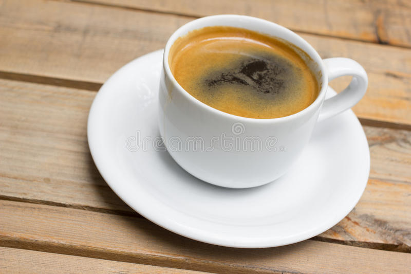 Kopp av varmt kaffe, svart kaffe med skum royaltyfria foton