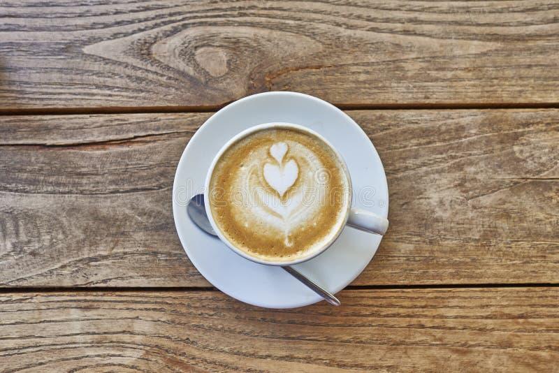 Kopp av varmt lattekonstkaffe arkivbild
