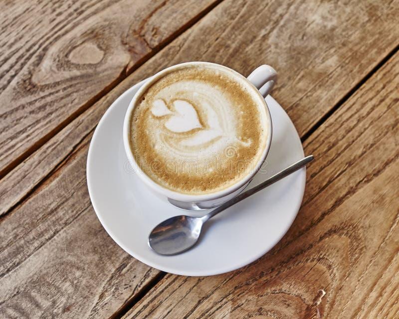 Kopp av varmt lattekonstkaffe royaltyfria foton