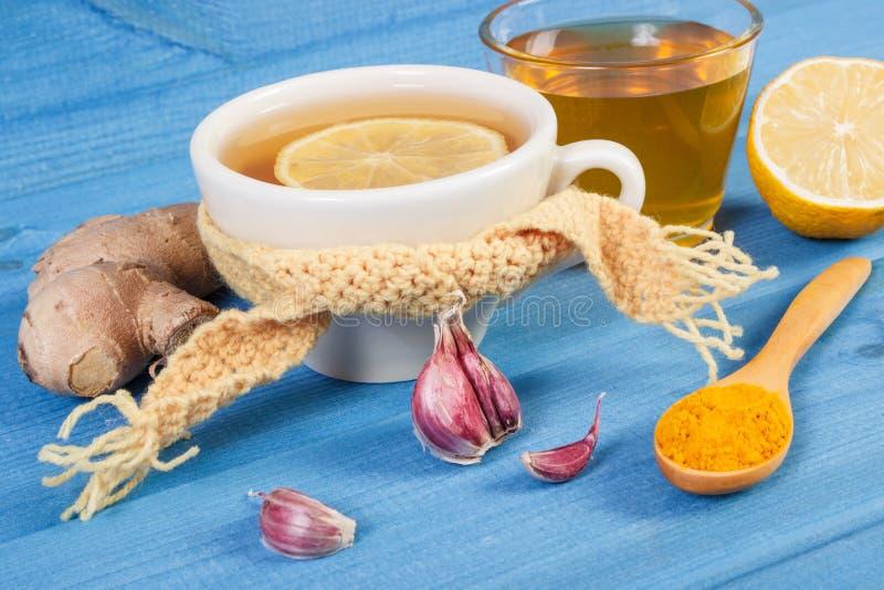 Kopp av varmt te med citronen för höst- eller vinterafton arkivfoton