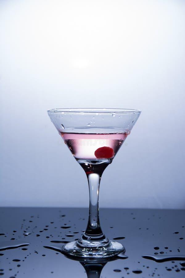 Kopp av vodka på vit bakgrund royaltyfri bild