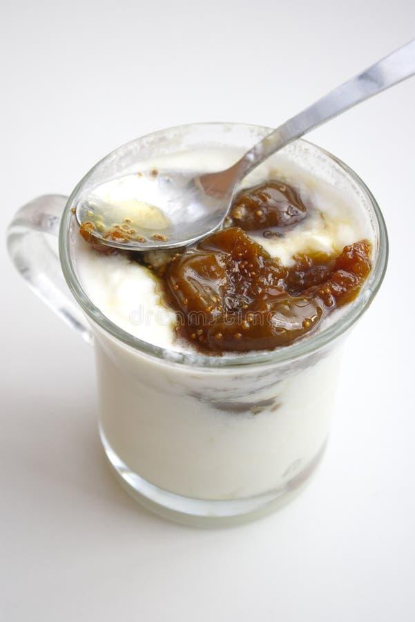 Kopp av yoghurt royaltyfria bilder