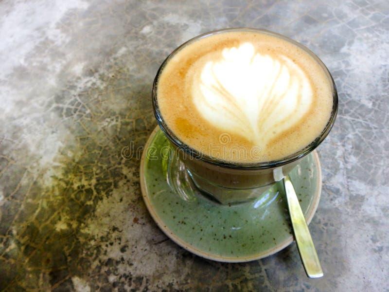 Kopp för bästa sikt för Lattekonstkaffe vit på grå färgbetongtabellen arkivfoton