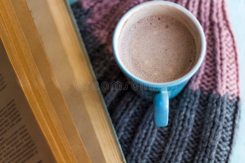 kopp för gammal bok och kakao royaltyfria foton