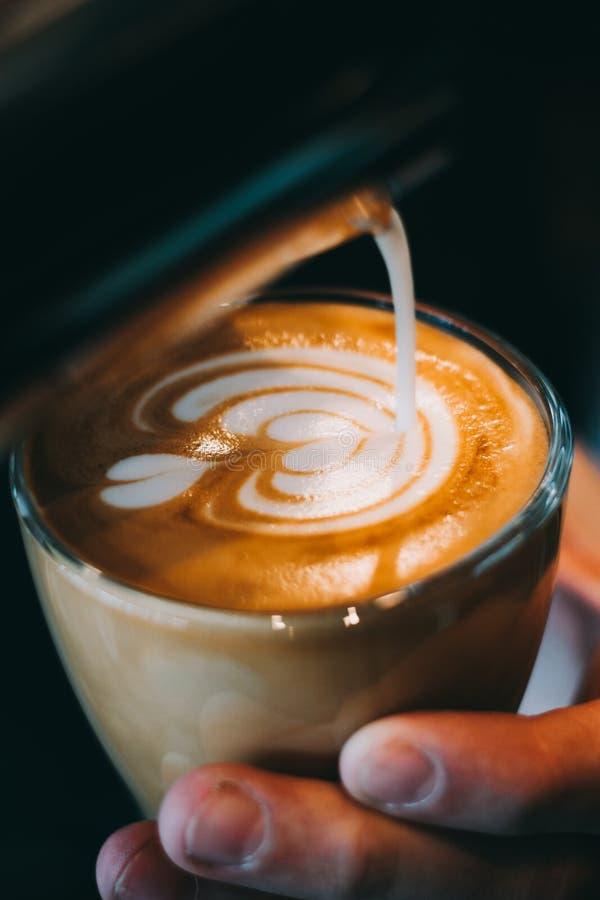 Kopp för Lattekonstkaffe - tappningeffekt royaltyfria foton