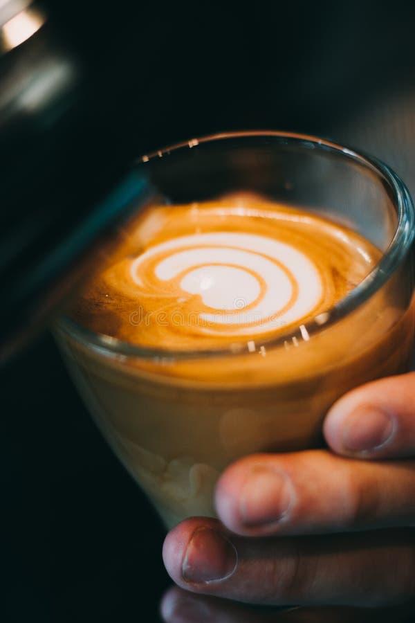 Kopp för Lattekonstkaffe - tappningeffekt royaltyfria bilder