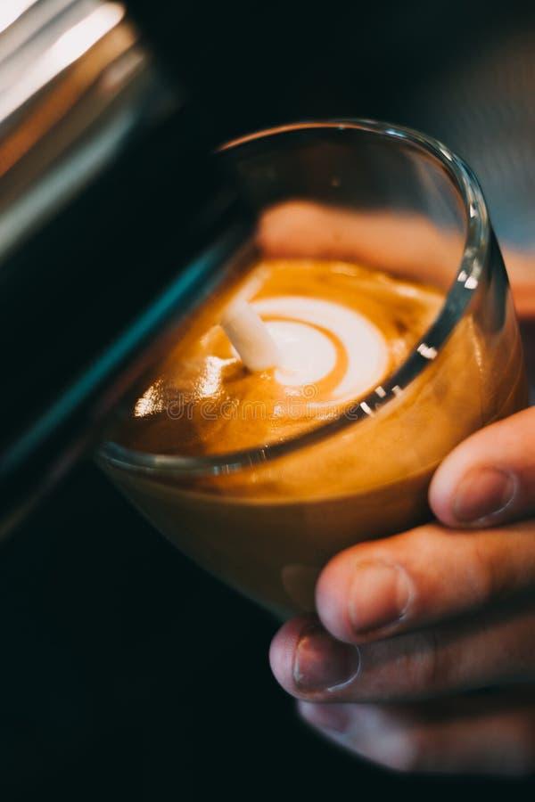 Kopp för Lattekonstkaffe - tappningeffekt royaltyfri bild