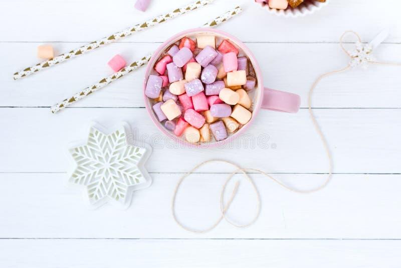 Kopp för rosa färger för julkakaomarshmallow och för tabellhallon för ingefära ljusbrunt vitt trädriftstopp arkivfoto