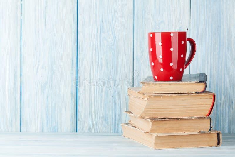 Kopp för varm choklad på böcker royaltyfri fotografi