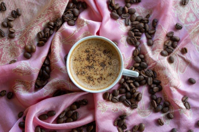 Kopp för vitt kaffe och kaffebönor runt om den med traditionell tygbakgrund stock illustrationer