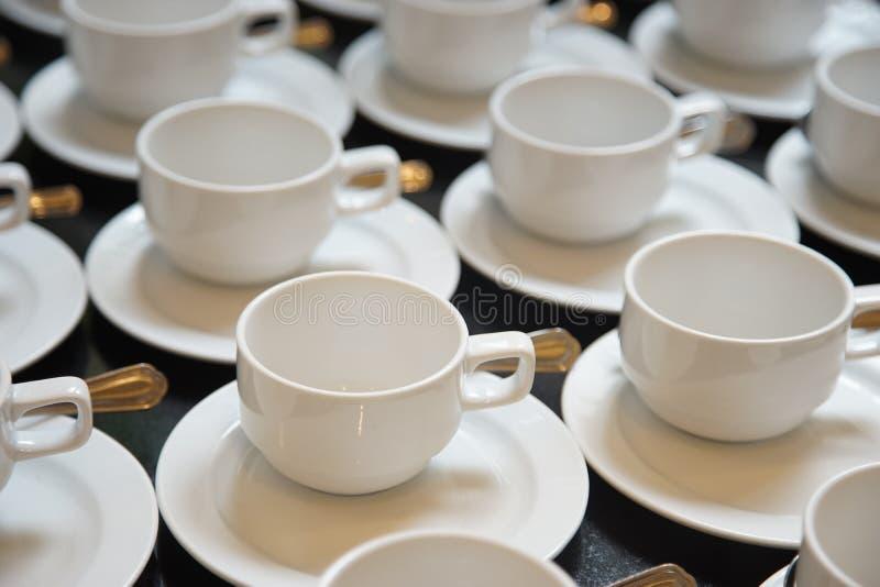 Kopp för vitt kaffe för seminariumbreake, med läsken royaltyfri fotografi