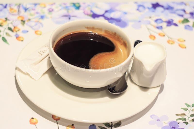 kopp f?r svart kaffe royaltyfri bild