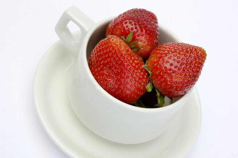 kopp isolerade jordgubbar royaltyfria bilder