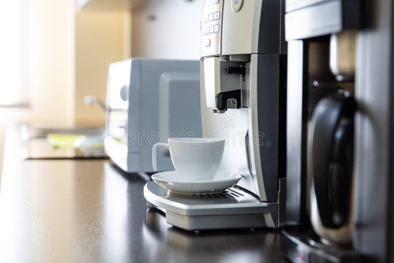 Kopp kaffe från en kaffemaskin arkivbilder