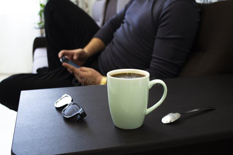 Kopp kaffe hemma på arbete fotografering för bildbyråer