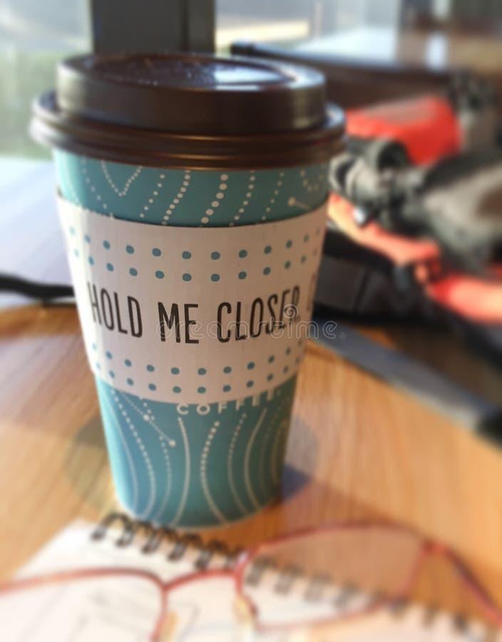 Kopp kaffe i ett kafé med & en x22; rym mig closer& x22; meddelande fotografering för bildbyråer