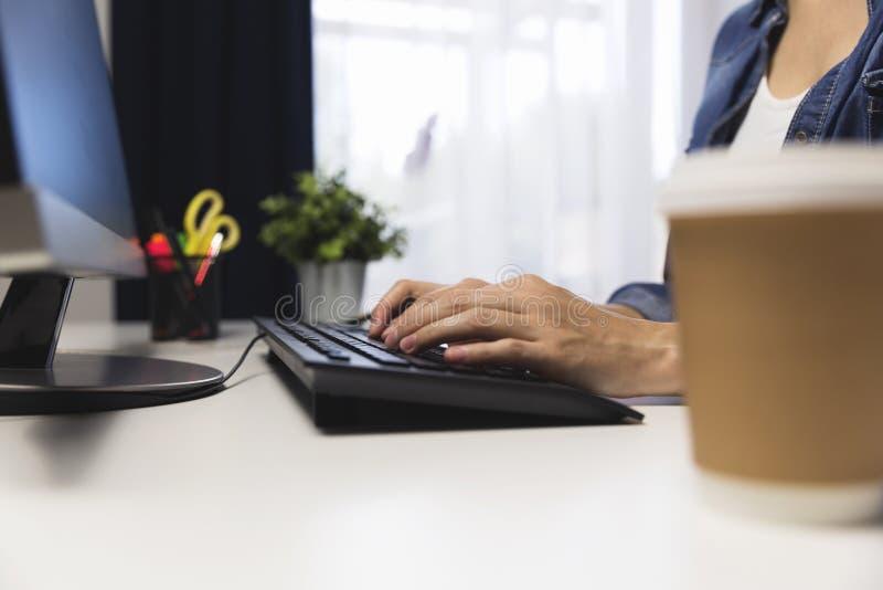 Kopp kaffe i regeringsställning bredvid datoren Arbetande sent begrepp fotografering för bildbyråer