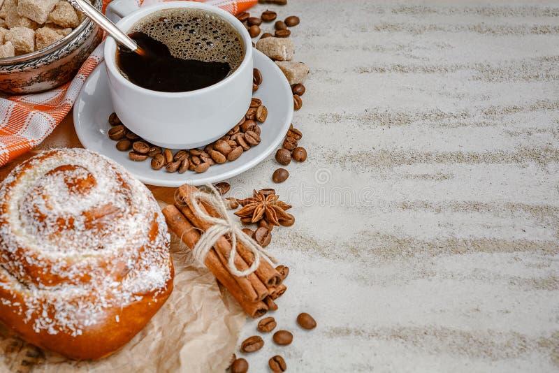 Kopp kaffe med ånga, kaffebönor, chokladstycken, cinnam arkivfoton