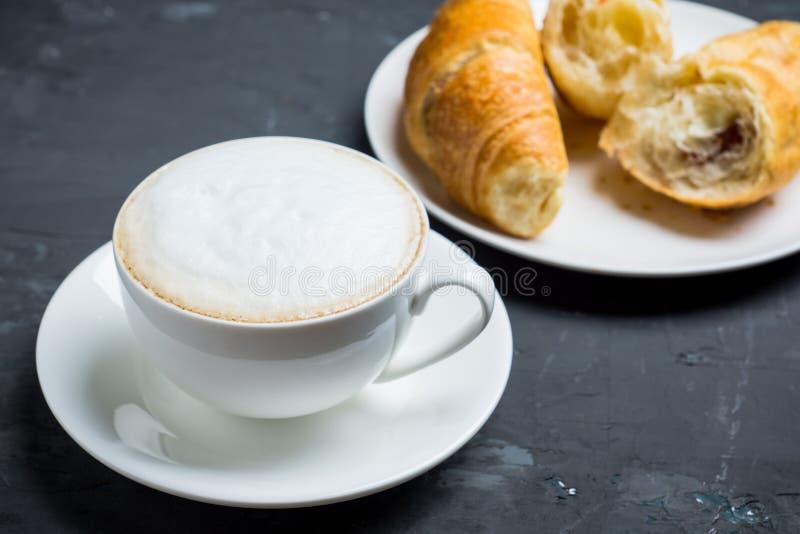 Kopp kaffe med giffel på den lantliga träbakgrunden arkivfoto