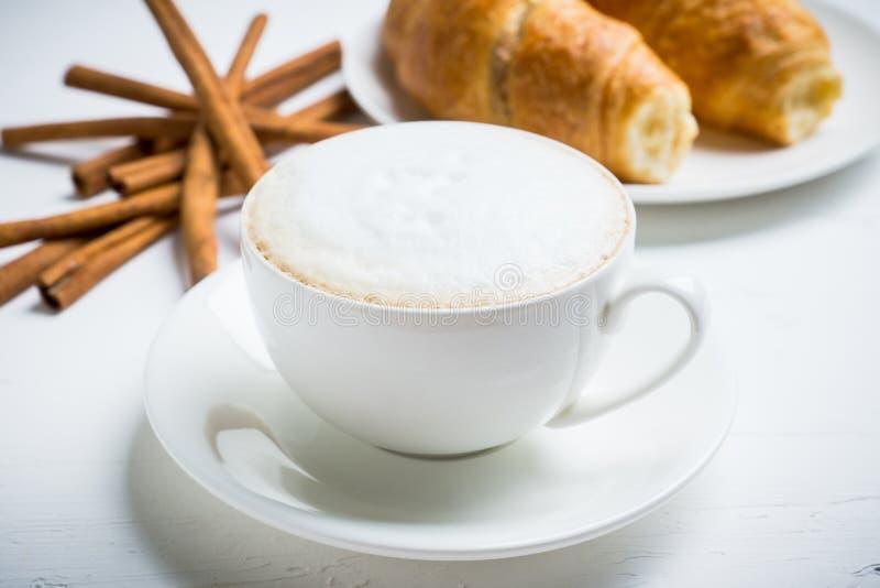 Kopp kaffe med giffel på den lantliga träbakgrunden arkivbilder