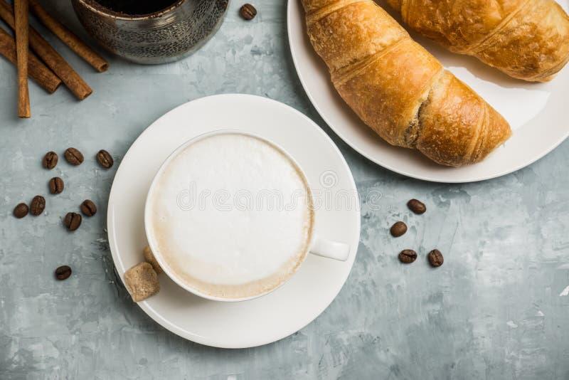 Kopp kaffe med giffel på den lantliga träbakgrunden arkivbild