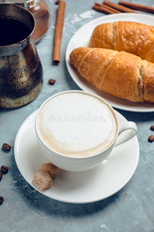 Kopp kaffe med giffel på den lantliga träbakgrunden royaltyfri fotografi