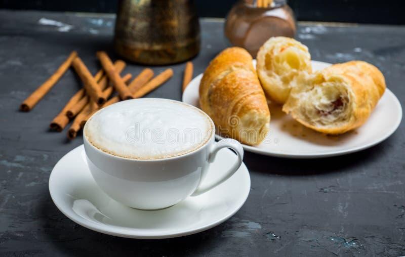Kopp kaffe med giffel på den lantliga träbakgrunden arkivfoton