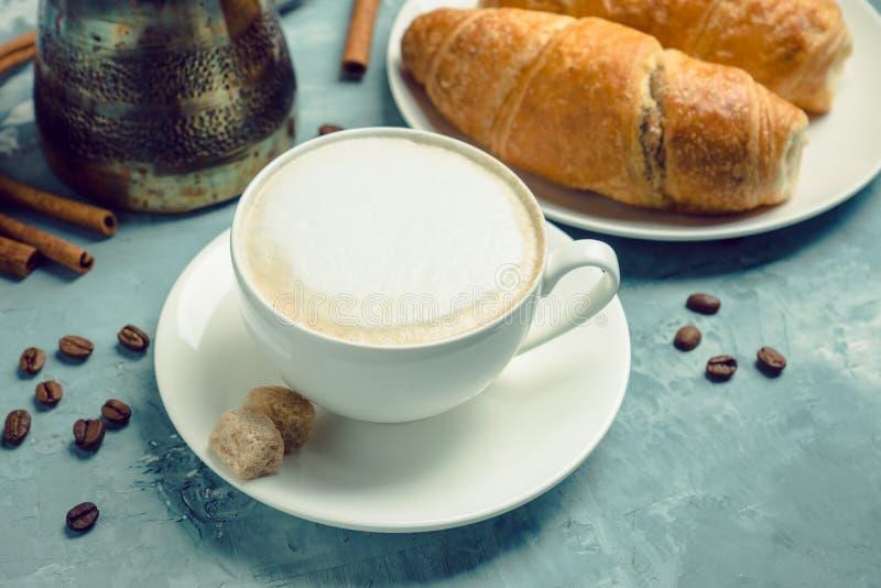 Kopp kaffe med giffel på den lantliga träbakgrunden royaltyfri foto